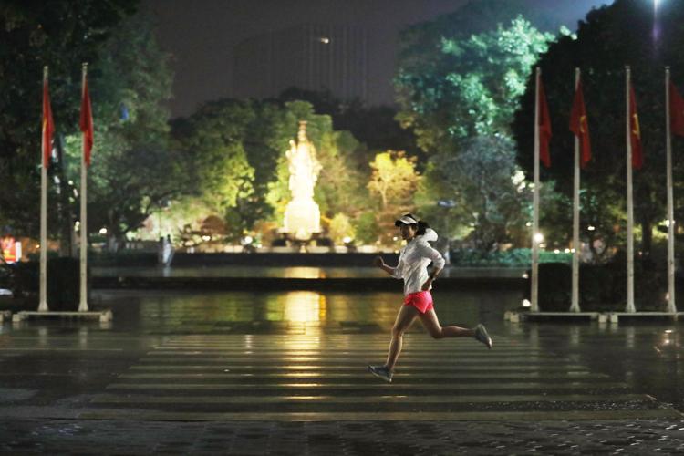 Một runner chạy đêm trên đường phố Hà Nội. Ảnh: Ngọc Thành