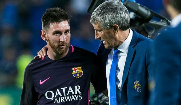 Setien và Messi ôm nhau nói chuyện sau trận Las Palmas - Barca năm 2016. Ảnh: Marca.
