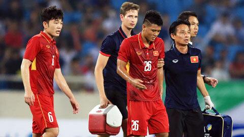 Bác sĩ Nguyễn Trọng Thủy làm nhiệm vụtrong một trận đấu của ĐT Việt Nam