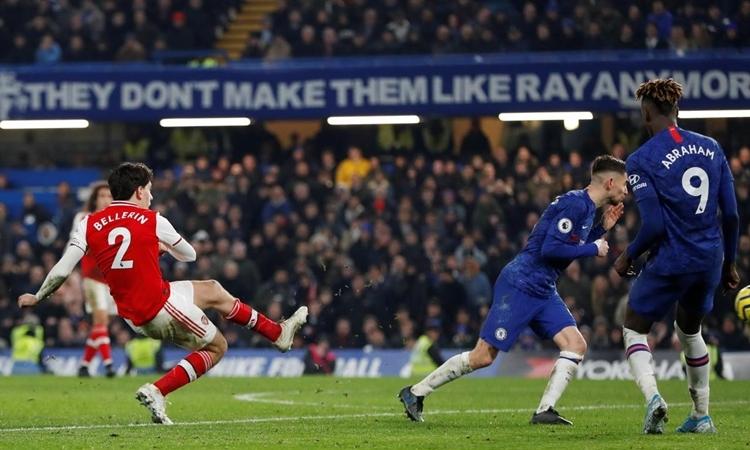 Cú cứa lòngcủa Bellerin mang về một điểm cho Arsenal. Ảnh: Reuters.
