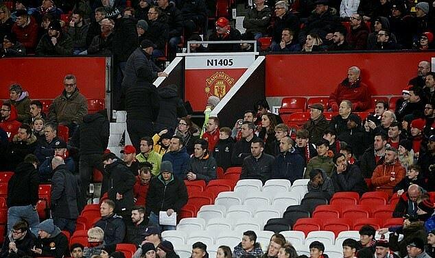 Nhiều khán giả bỏ về trước khi trận đấu kết thúc. Ảnh: Reuters.