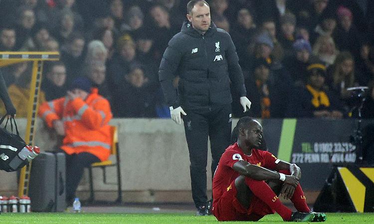 Mane buồn bã sau khi bị đau và phải rời sân. Ảnh: Reuters.