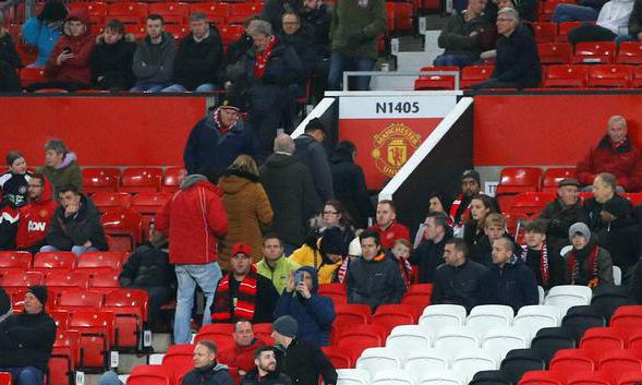 CĐV Man Utd bỏ về sớm trong trận thua Burnley 0-2 hôm 22/1. Ảnh: Reuters.