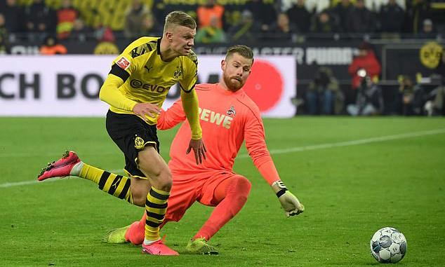 Haaland vượt qua thủ môn Cologne rồi ghi bàn từ góc hẹp, hoàn tất cú đúp. Ảnh: AFP.