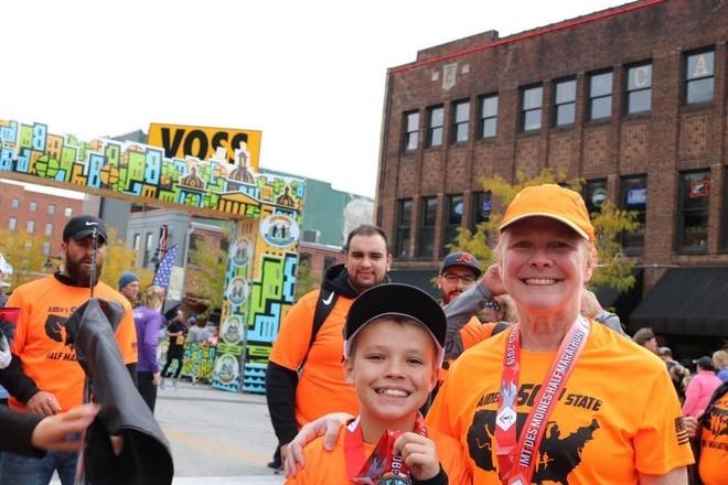 Bà ngoại Kathleen Taylor (bên phải) là người truyền cảm hứng cho Aiden trong bộ môn chạy. Ảnh: Aidens 50 State Half Marathon Journey.