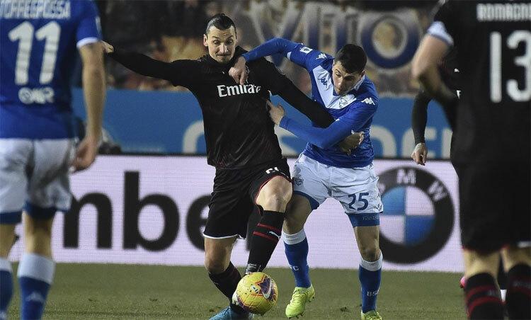 Ibrahimovic (áo đen) vẫn chơi rất hiệu quả ở tuổi 38. Ảnh: AP