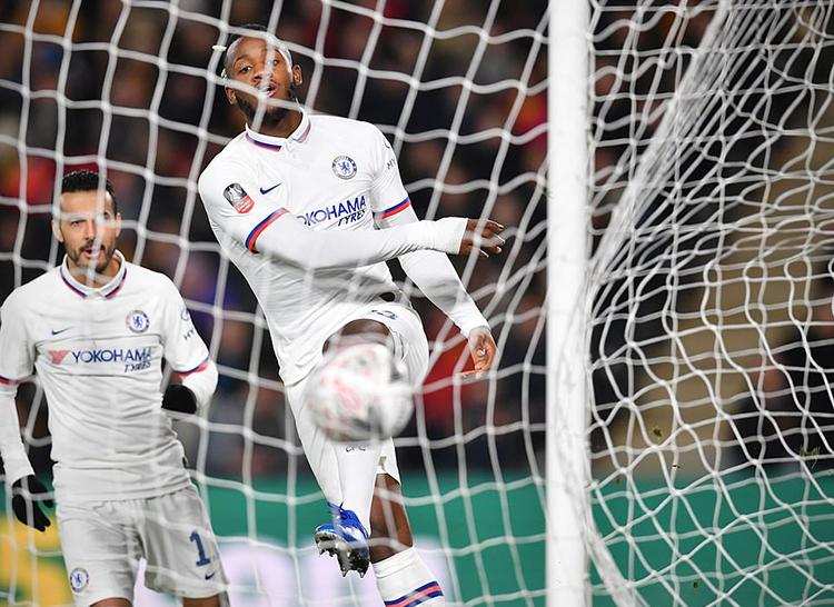 Batshuayi mở tỷ số cho Chelsea. Ảnh: AFP.