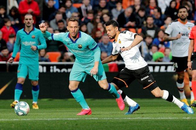 Barca của Setien tỏ ra mong manh khi đối mặt với các đợt phản công sắc lẹm mà Valencia tung ra. Ảnh: EFE.