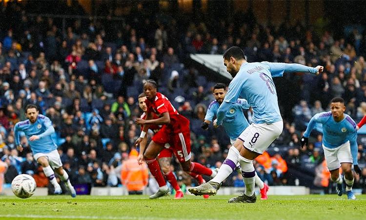 Gundogan mở tỷ số từ chấm phạt đền, sau tình huống hậu vệ Fulham lĩnh thẻ đỏ trực tiếp. Ảnh: Reuters.