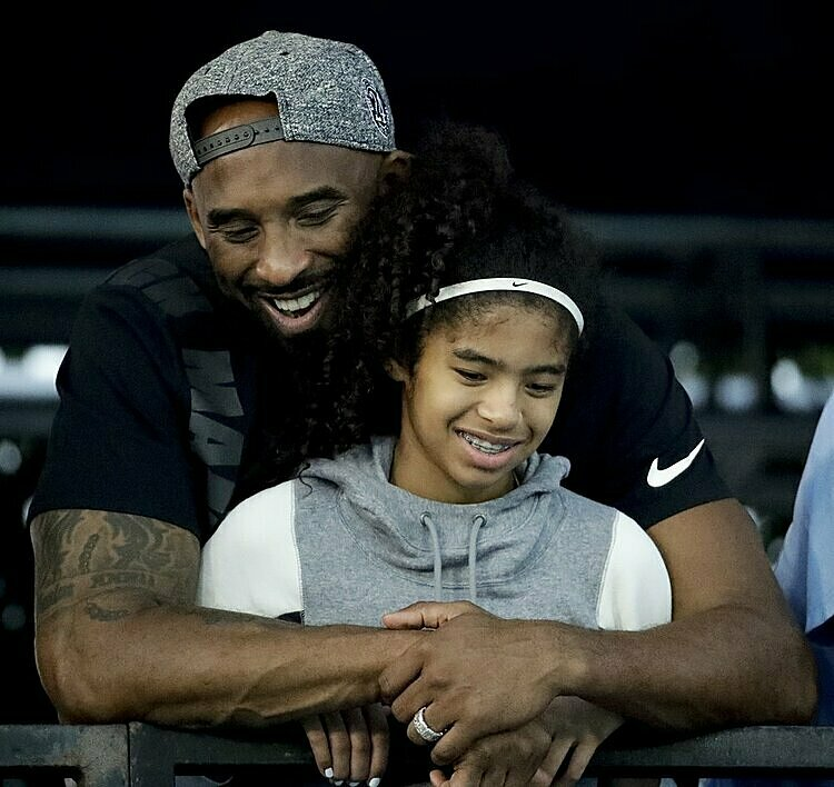 Kobe Bryant và con gái Gianna. Ảnh: AP.