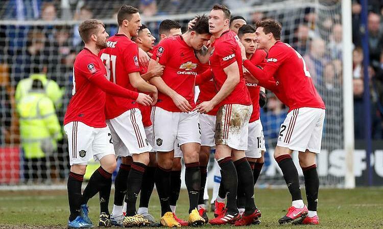 Maguire chia vui cùng đồng đội sau khi ghi bàn đầu tiên cho Man Utd. Ảnh: Reuters.