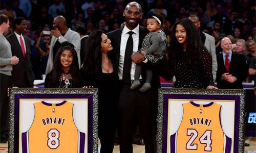 Bryant cùng vợ con trong lễ treo áo của anh tạisân Staples Center tháng 12/2017. Ảnh: AFP.