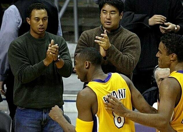 Woods (trái) từngthường xuyên đến xem Bryant thi đấu. Ảnh: Reuters.