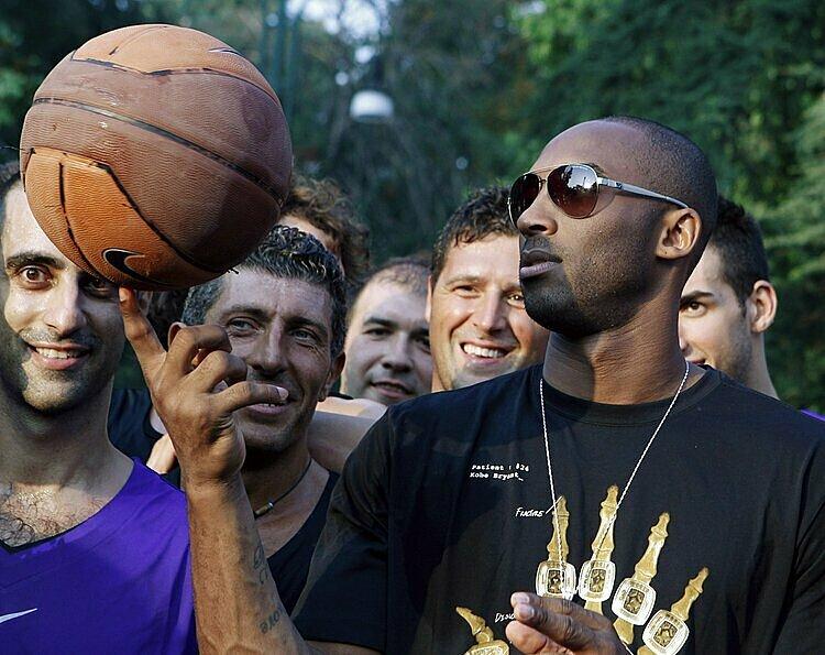 Bryant là một trong những VĐV được hâm mộ nhất nước Mỹ. Ảnh: LA Times.