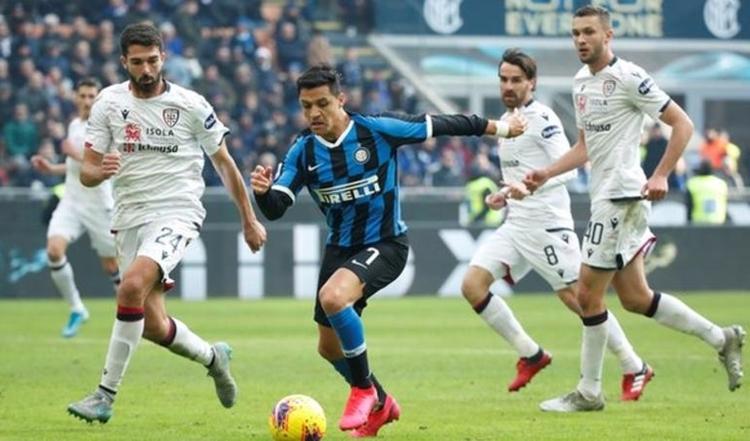 Sanchez (giữa) không thể hiện được nhiều trong màu áo Inter. Ảnh: Reuters.