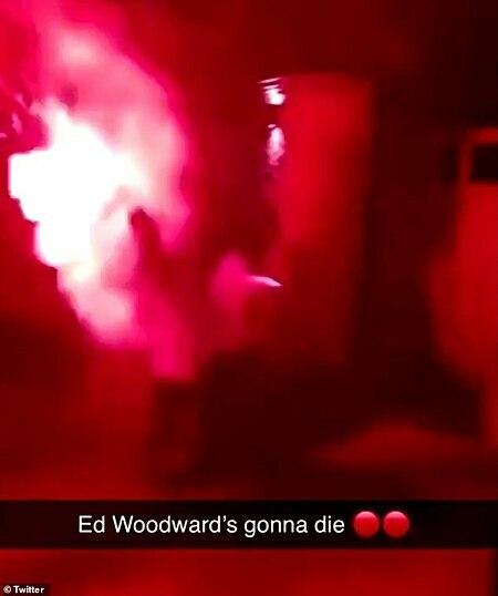 Pháo sáng được bắn vào nhà Ed Woodward.
