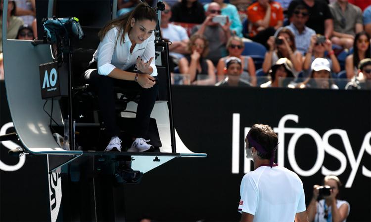 Federer phàn nàn với trọng tài chínhVeljovic sau khi bị trọng tài dây báo cáo vụ văng tục. Ảnh: Reuters.