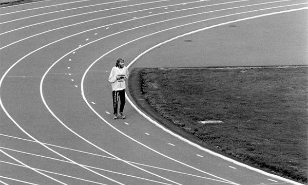 Howie trên đường chạy lập kỷ lục với 360 dặm liên tục năm1987. Ảnh: Runners World.