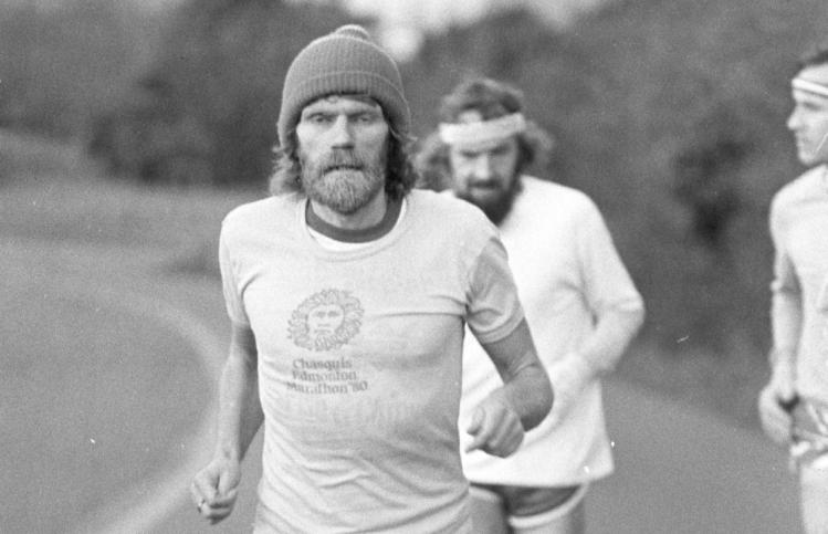 Al Howie trên đường chạy những năm tháng trai trẻ. Ảnh: Times.