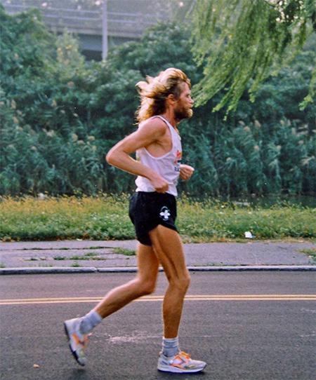 Al Howie có tố chất thể thao, vì bố là võ sỹ quyền Anh, mẹ là VĐV bơi. Thuở bé, ông được rèn luyện từ việc cùng gia đình di chuyển quanhững quảng dường dài bằng cách đi bộ. Ảnh: Handout.