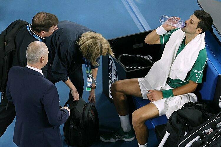 Djokovic một lần gọi chăm sóc y tế và một lần xin đi vào đường hầm giữa trận. Ảnh: AP.