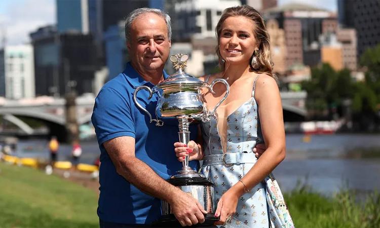 Chức vô địch Australia Mở rộng 2020 là trái ngọt lớn đầu tiên cho công sức và tâm huyết mà ông Alex dành cho con gái. Ảnh: AFP.