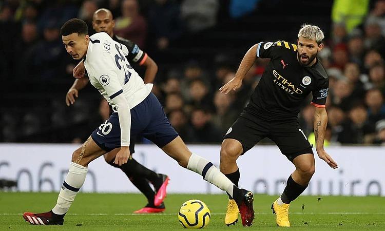 Aguero (phải) phung phí nhiều cơ hội. Ảnh: Reuters.
