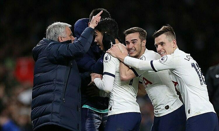 Mourinho chỉ đạo Son Heung-min ngay khi học trò mừng bàn thắng. Ảnh: Reuters.