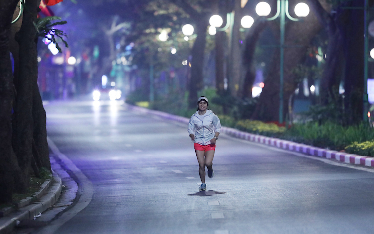 Runner thử sức trên cung đường của giải chạy VnExpress Marathon Hanoi Midnight. Ảnh: Ngọc Thành