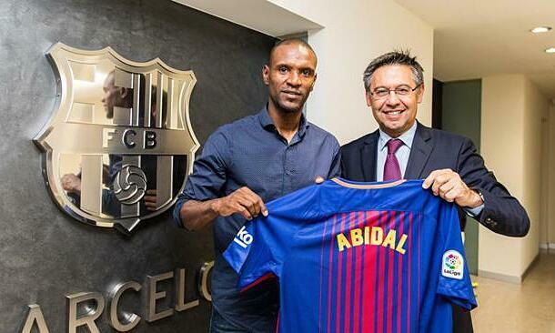 Abidal (trái) và chủ tịch Bartomeu. Ảnh: FCB.