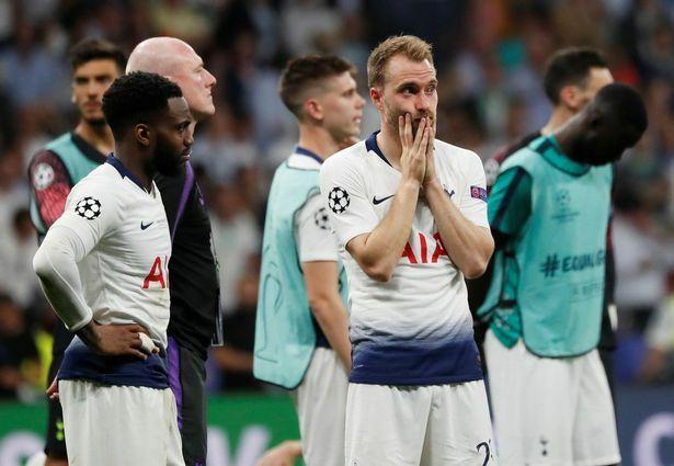Eriksen (phải) buồn bã sau khi thua Liverpool ở chung kết Champions League mùa trước. Ảnh: Reuters.