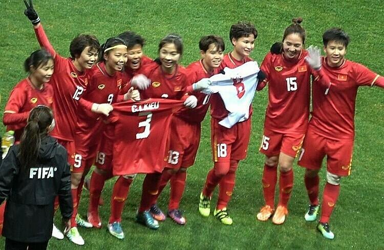 Các cầu thủ Việt Nam mừng chiến thắng bằng cách tri ân Chương Thị Kiều - người vắng mặt vì chấn thương đầu gối.