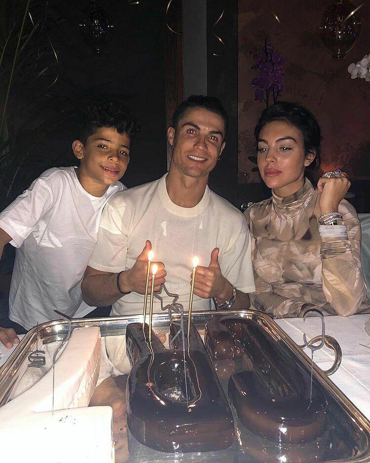 Ronaldo đăng ảnh chuẩn bị thổi nến sinh nhật cùng bạn gái Georgina và con trai Cristiano Jnr.
