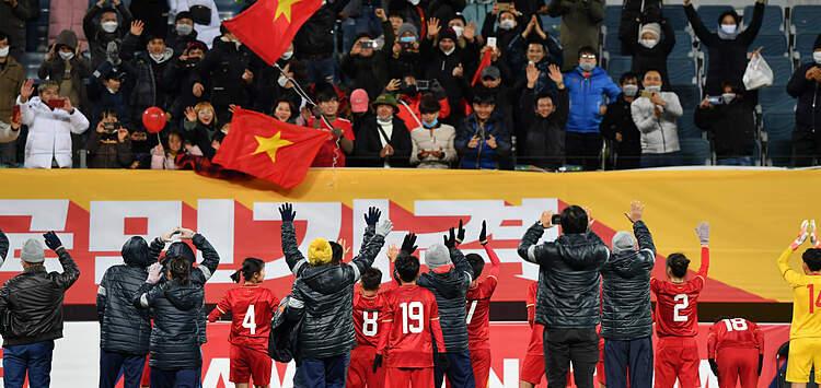 Các cầu thủ Việt Nam chung vui với CĐV sau khi đánh bại Myanmar. Ảnh: AFC.