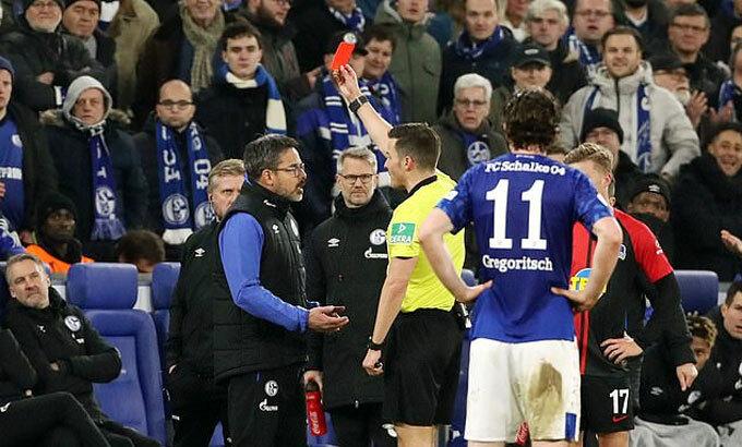 Trọng tài rút thẻ đỏ đối với HLV Wagner. Ảnh: REX.