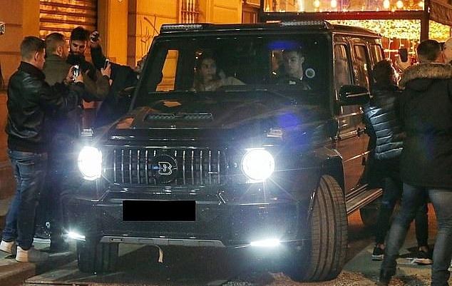Ronaldo thử ngồi lên chiếc xe mới do bạn gái tặng. Ảnh: Backgrid.