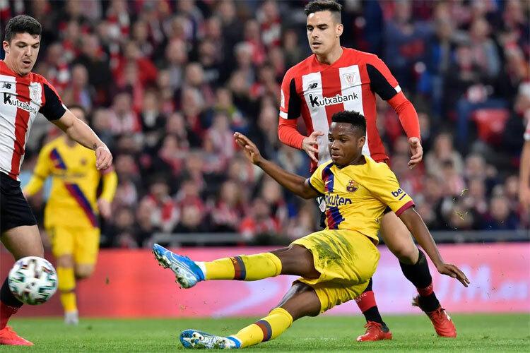 Hàng công Barca quá mỏng khi đối đầu với những đội bóng chơi lùi sâu. Ảnh: AP.