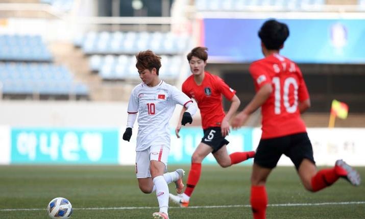 Tuyết Ngân (áo trắng) trong vòng vây của cầu thủ Hàn Quốc. Ảnh: AFC.