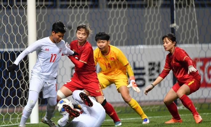 Việt Nam (áo đỏ) thắng Myanmar 1-0 ở trận ra quân. Ảnh: AFC.