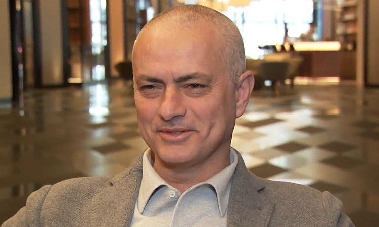 Mourinho nói đùa rằng ông ngủ gật nên bị thợ cắt tóc cạo trọc. Ảnh: Sky Sports.