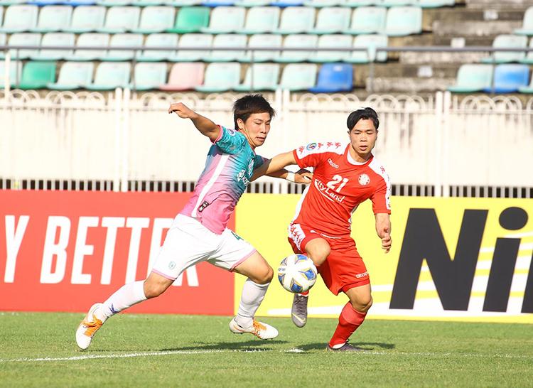 Công Phượng (phải) tranh chấp bóng với cầu thủ của Yangon United. Ảnh: AFC.