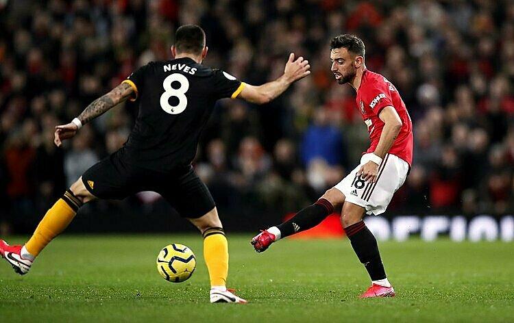 Fernandes (đỏ) để lại ấn tượng tốt trong trận ra mắt tại Man Utd. Ảnh: AP.