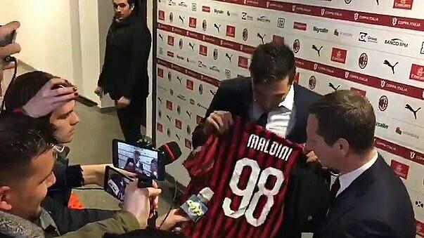 Buffon khoe áo của Daniel Maldini, sau trận đấu hôm qua 13/2. Ảnh: MondoSportivo.