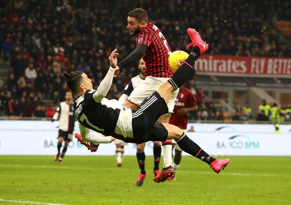 Ronaldo dứt điểm trong khi Calabria ở tư thế quay người.