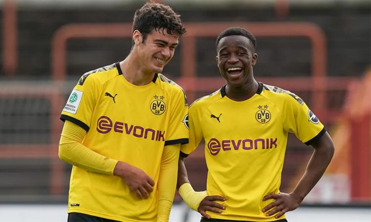 Reyna (trái) đang được kỳ vọng sẽ theo bước những đàn anh như Sancho trở thành biểu tượng mới của Dortmund. Ảnh: Imago.