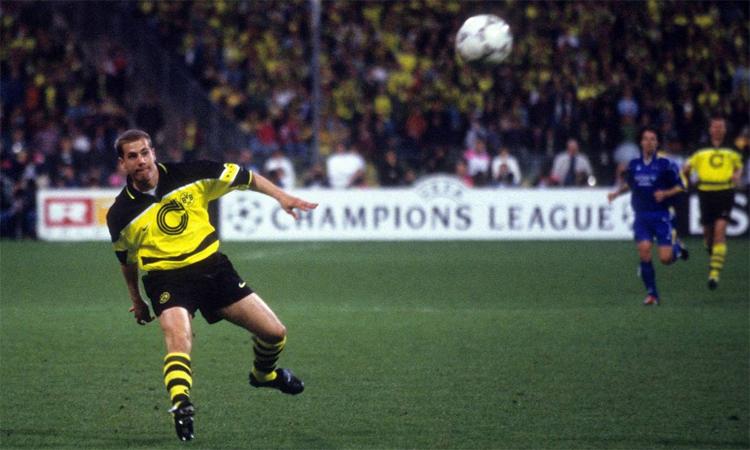 Ricken gắn bó với Dortmund từ khi 14 tuổi, chơi trọn vẹn sự nghiệp đỉnh cao ở đây, cùng CLB vô địch Champions League 1997, trước khi giải nghệ và trở thành nhà quản lý, phụ trách khâu đào tạo trẻ của CLB này. Ảnh: Imago.