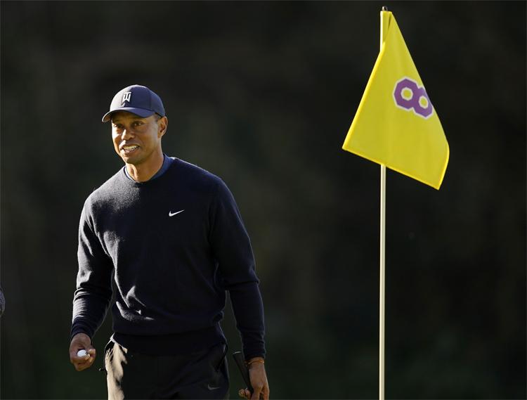 Tiger Woods đánh tốt ở hố số 8, hố tưởng nhớ người bạn quá cố Kobe Bryant. Ảnh: AP.