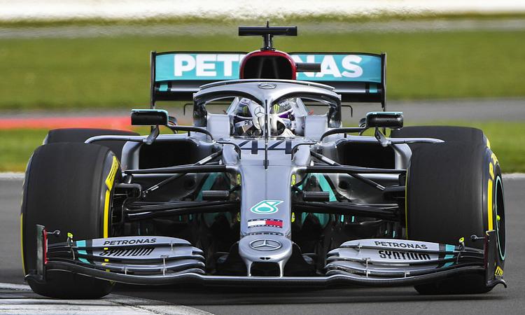 Lewis Hamilton chạy thử xeW11. Ảnh: Mercedes.