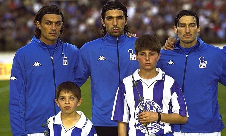 Buffon thi đấu cùng Paolo Maldini ở đội tuyển Italy. Ảnh: AFP.