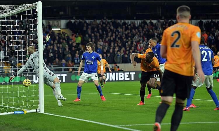 Boly (số 15) đánh đầu tung lưới Leicester nhưng bàn thắng không được công nhận. Ảnh: EPA.